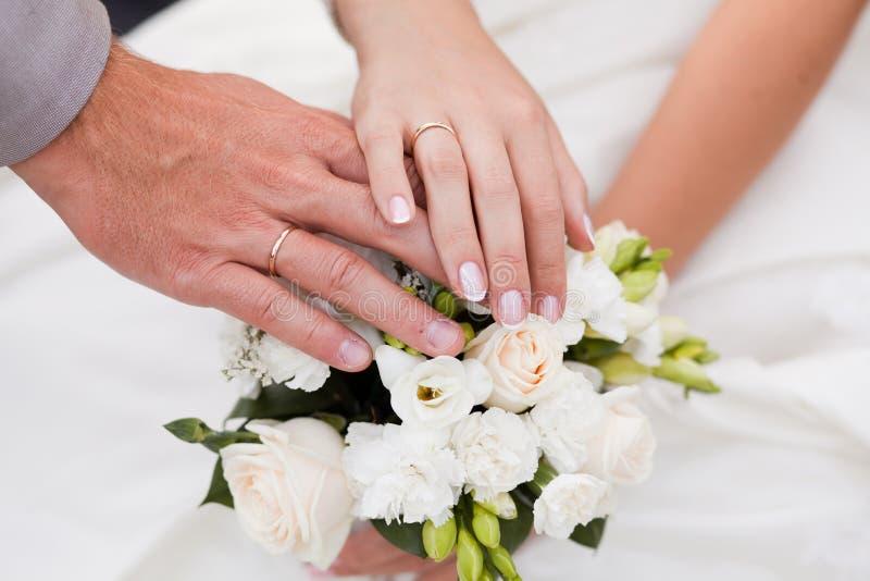 bukiet wręcza pierścionków target2179_1_ obrazy stock