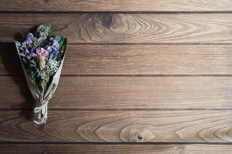 Bukiet wysuszeni dzicy kwiaty na nieociosanym drewnianym stołowym tle z pustą przestrzenią dla twój reklamowego teksta lub inform fotografia stock