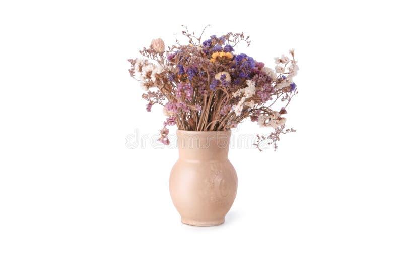 Bukiet wysuszeni dzicy kwiaty w lekkim beżowym ceramicznym garnku odizolowywającym na białym tle obrazy stock