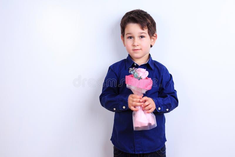 bukieta chłopiec śliczni kwiaty trochę Mały dżentelmen z obraz stock