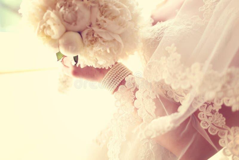 Download Bukieta Panny Młodej Mienia ślubu Biel Obraz Stock - Obraz złożonej z matrimony, fornal: 57653705