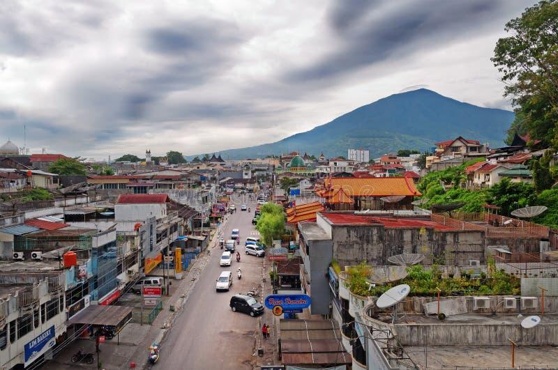 Bukittinggi en zet Singgalangand op Sumatraeiland indonesië royalty-vrije stock afbeeldingen