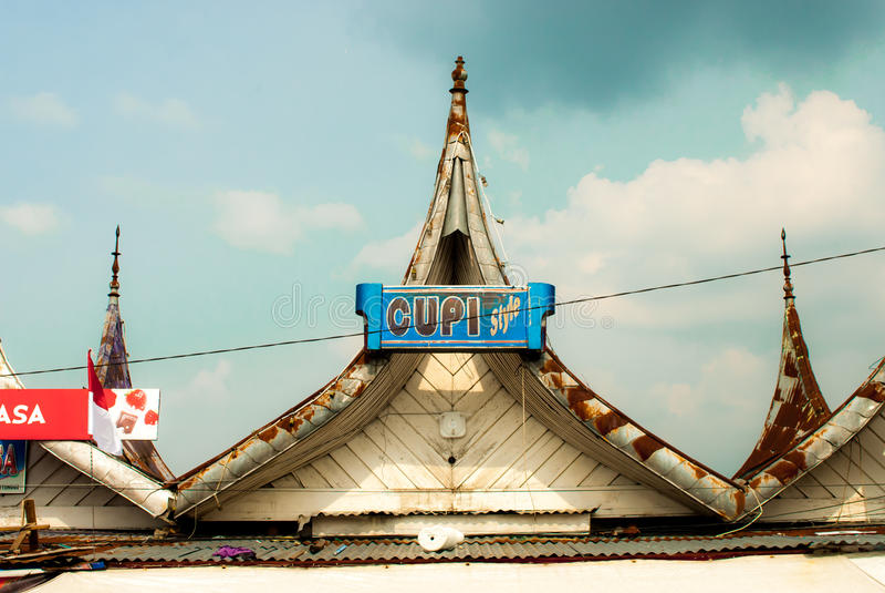 Bukittinggi, Indonésie - toits pointus traditionnels près de confiture Gadang image stock