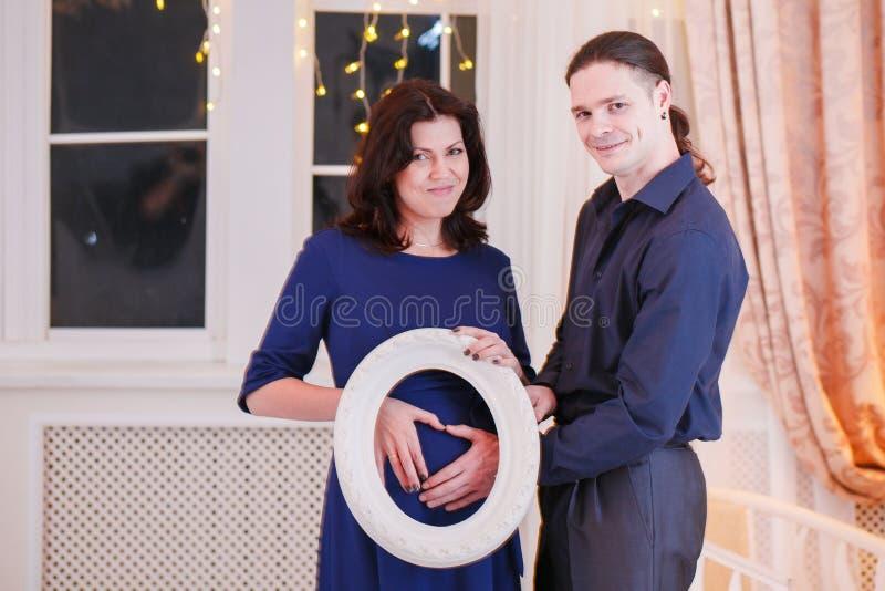 Bukmans för kramar gravida hand fotografering för bildbyråer