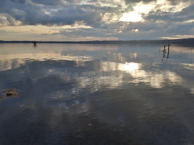 Bukoliscenen vid sjön Trevignano fotografering för bildbyråer