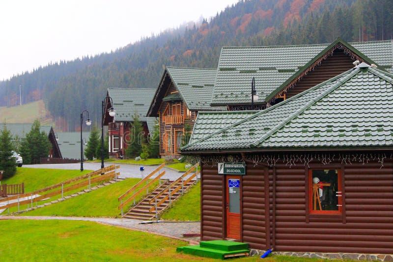 Bukovel喀尔巴阡山脉的美丽的房子在Ivano-Frankivsk地区乌克兰依靠 库存照片