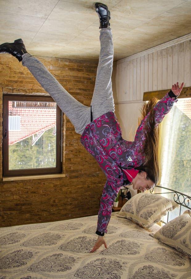 BUKOVEL, IVANO FRANKIVSKAYA OBLAST,乌克兰2018年4月2日:在床上的杂技把戏 图库摄影