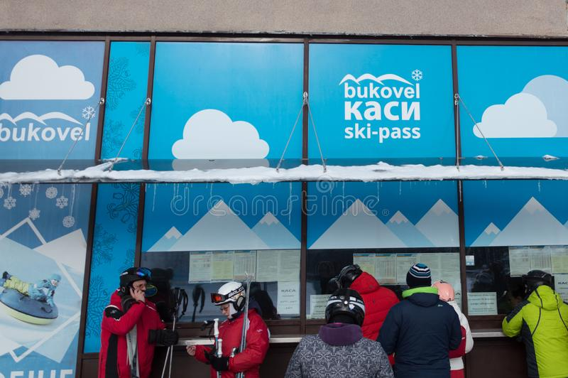 BUKOVEL, ΟΥΚΡΑΝΙΑ - 28 Φεβρουαρίου 2018 άνθρωποι που αγοράζουν skipasses στο γραφείο εκδόσεως εισιτηρίων, Bukovel, Ουκρανία στοκ φωτογραφίες