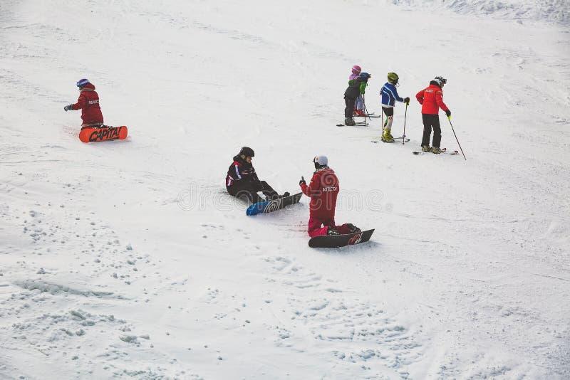 Bukovel, Украина, Карпаты - 17-ое декабря 2015: Опытные учителя которые учат искусству сноубординга стоковое изображение