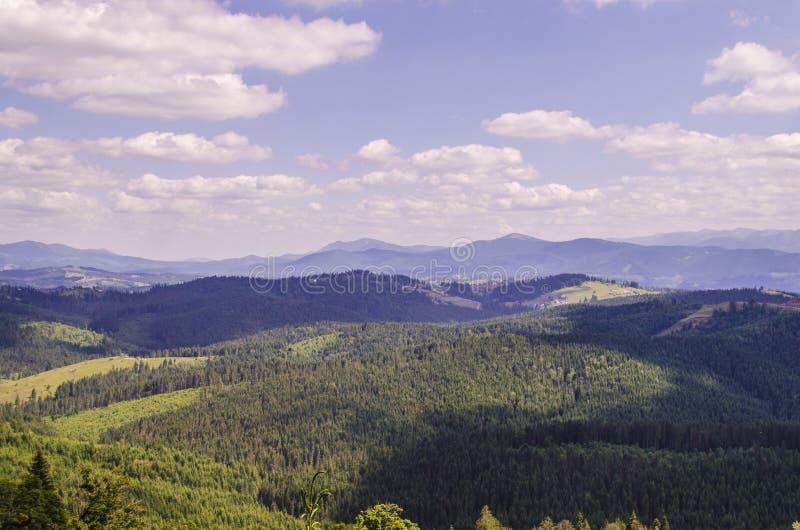 Bukovel sceniskt berglandskap royaltyfri fotografi