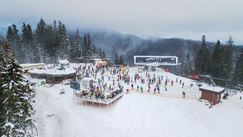Bukovel, UCRÂNIA - 24 de dezembro de 2017: Ideia aérea de uma estância de esqui nos Carpathians, Bukovel fotos de stock royalty free