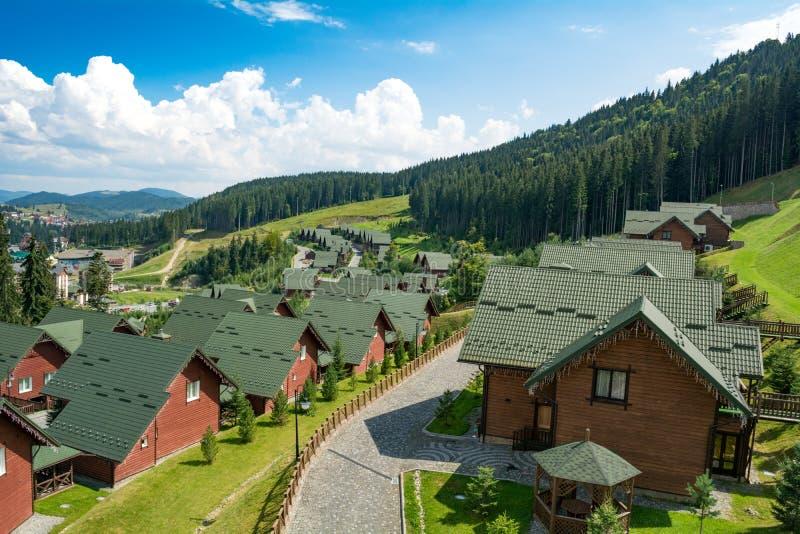 Bukovel, Ucrania - 21 de agosto de 2018: Casas de madera en la estación de esquí imagen de archivo libre de regalías