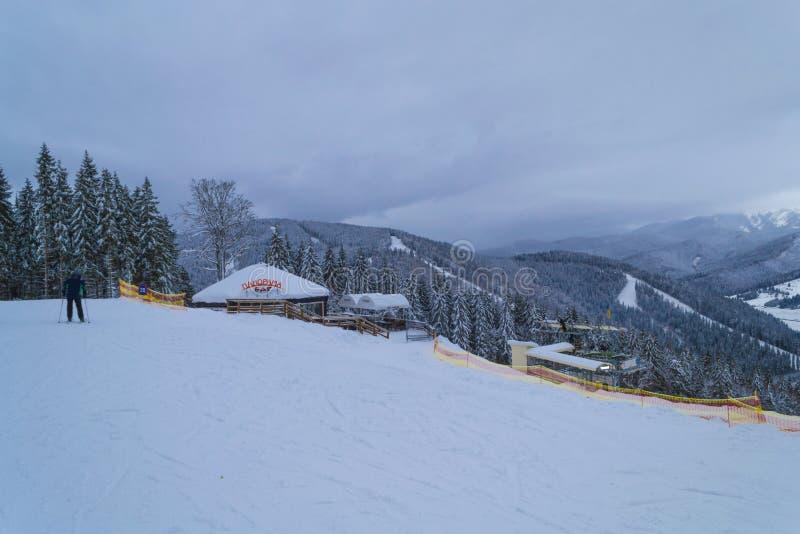 BUKOVEL, UCRANIA - 26 DE DICIEMBRE DE 2018 estación de esquí de Bukovel, Ucrania Barra del panorama fotos de archivo