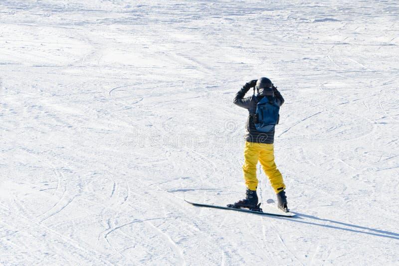 BUKOVEL, UKRAINE 27 JANVIER 2018 : L'homme sur des skis regarde loin Vue photos stock