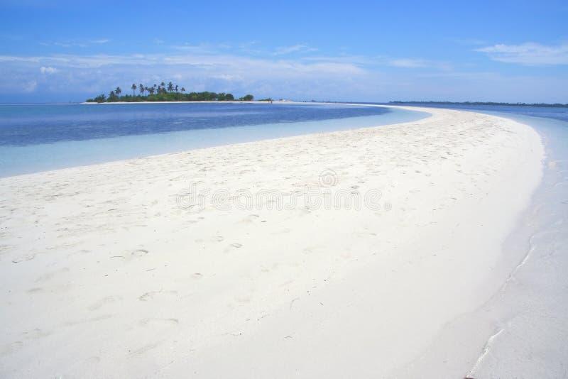 Buktade stranden för månen den form av den Pontod ön är den turist- destinationen som lokaliseras nära den Panglao ön, Bohol, Fil royaltyfri foto