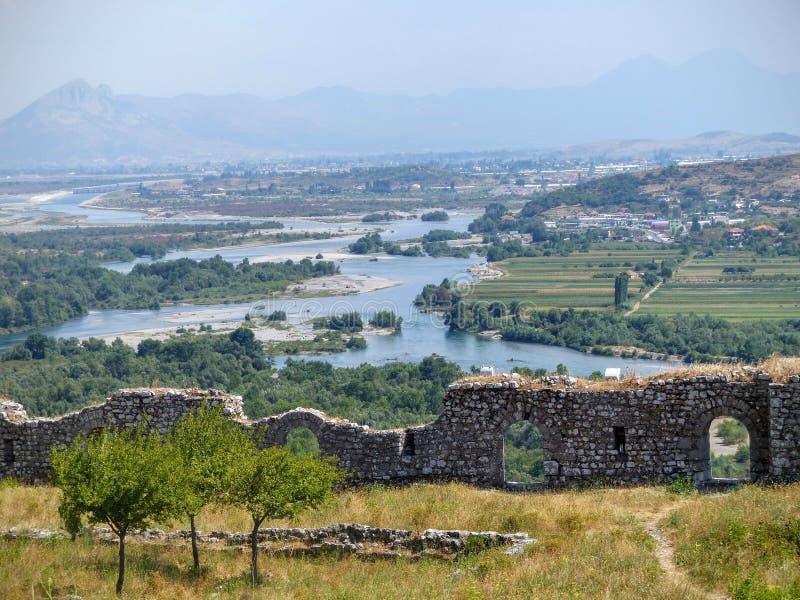 Buktig flod av Buna som ses av den högväxta från citadellen av den antika staden av Shkoder i Albanien royaltyfri bild