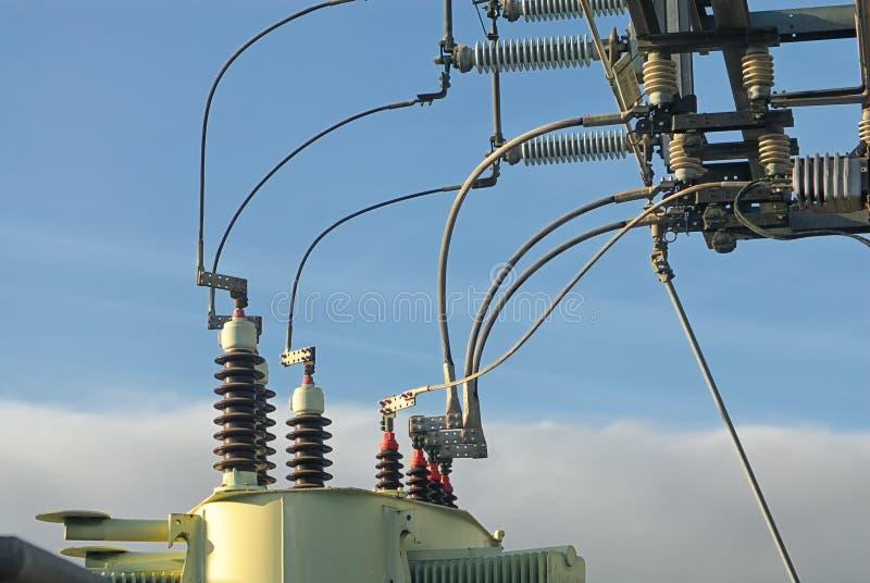 Buktiga elektriska kablar förband till transformatorer och isolatorer royaltyfri fotografi