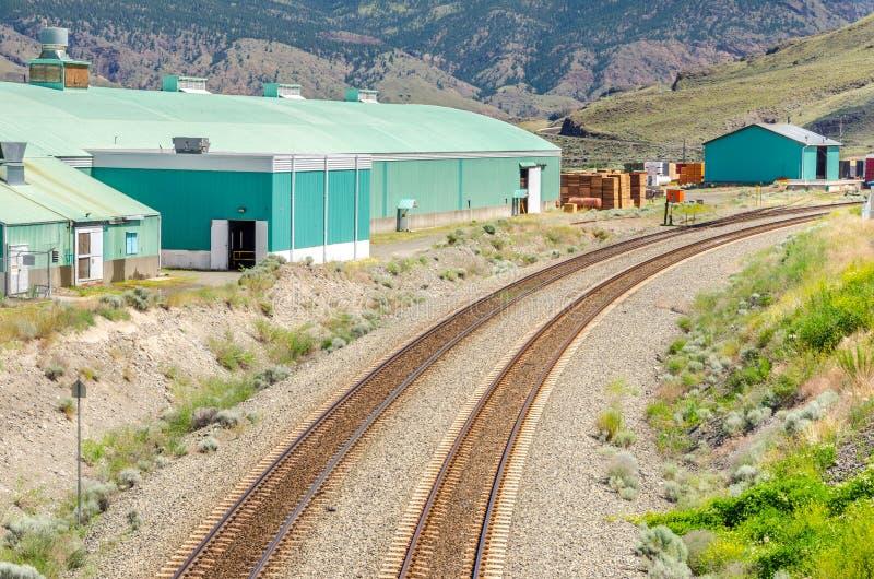 Buktiga järnvägsspår royaltyfri fotografi