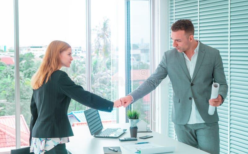Bulan för näven för par för affärsmannen och kvinnaräcker tillsammans f royaltyfri bild