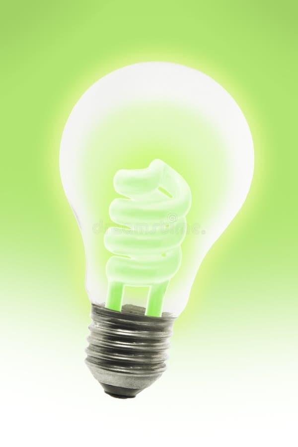 Bulbo ahorro de energía de la luz eléctrica que brilla intensamente imagen de archivo
