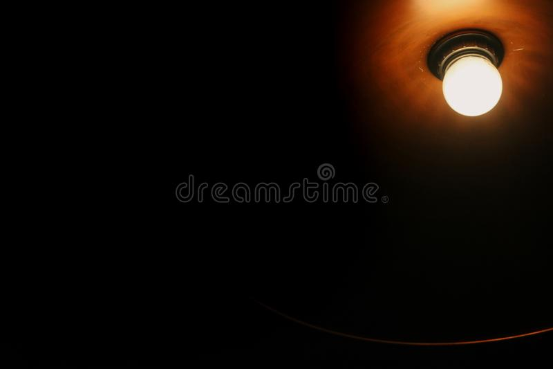 Bulbo de lâmpada velho do vintage no interior moderno do café da cidade, espaço para foto de stock