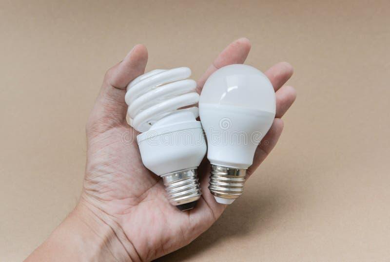 Bulbo do diodo emissor de luz e bulbo fluorescente disponível imagem de stock