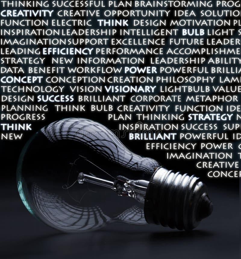Bulbo eléctrico con palabras de la creatividad foto de archivo