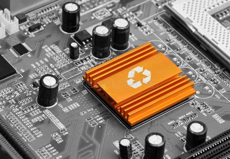 Bulbo en el chip de ordenador - concepto de la tecnología fotos de archivo libres de regalías