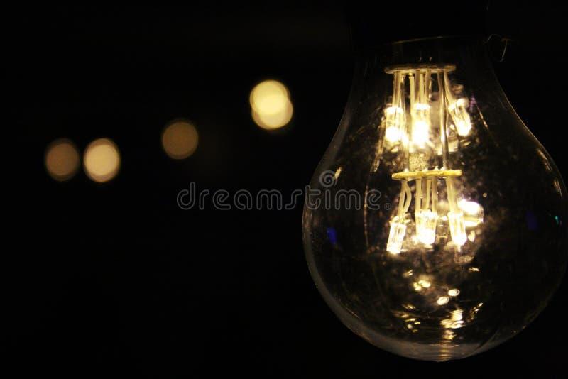 Bulbo Iluminado Durante A Noite Domínio Público Cc0 Imagem