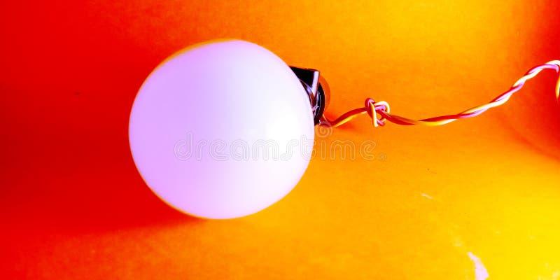 bulbo llevado eléctrico con el alambre y la foto negra de la acción del tenedor foto de archivo libre de regalías