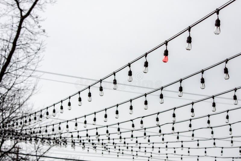 Bulbo rojo solitario en luces de la secuencia foto de archivo libre de regalías