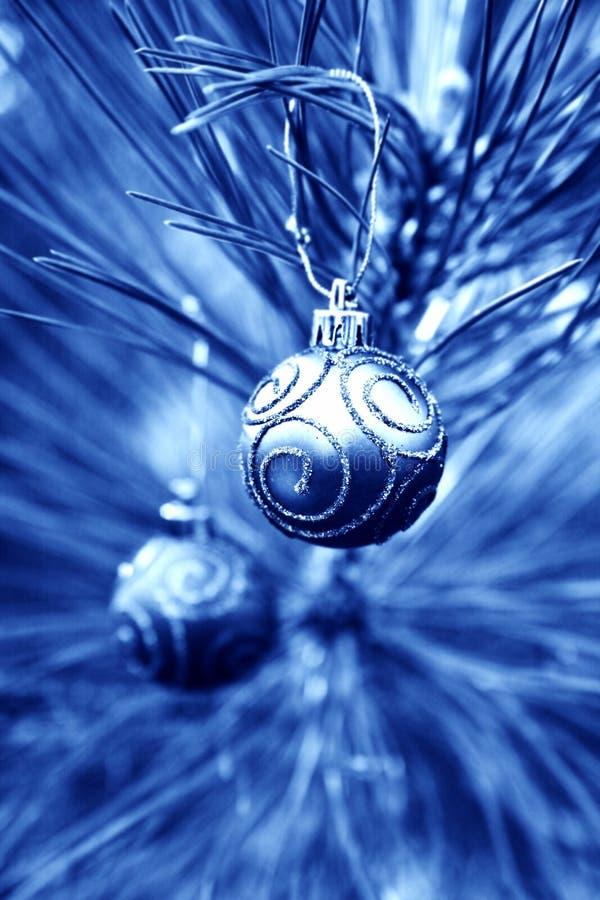 Bulbos azules de la Navidad imágenes de archivo libres de regalías