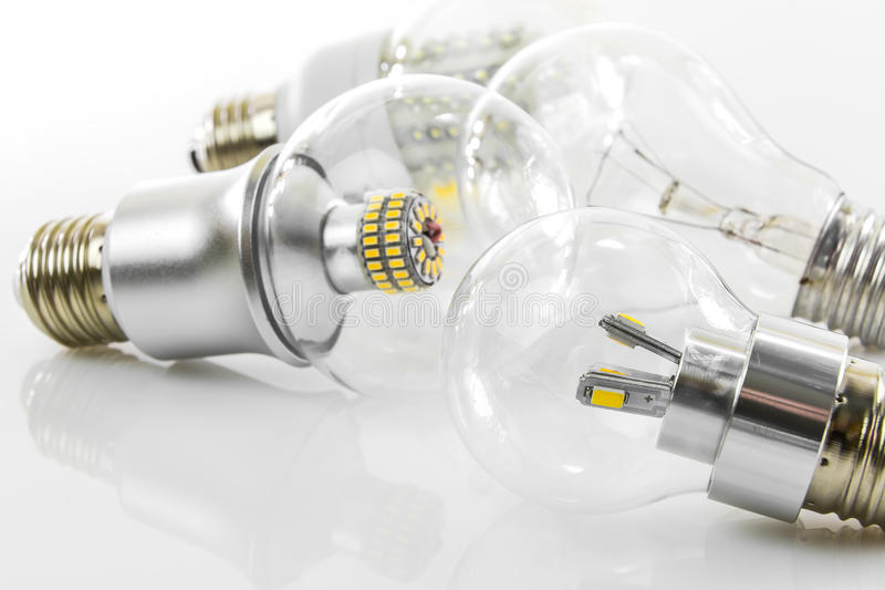 Bulbos do diodo emissor de luz de Eco e bulbo clássico do tungstênio foto de stock