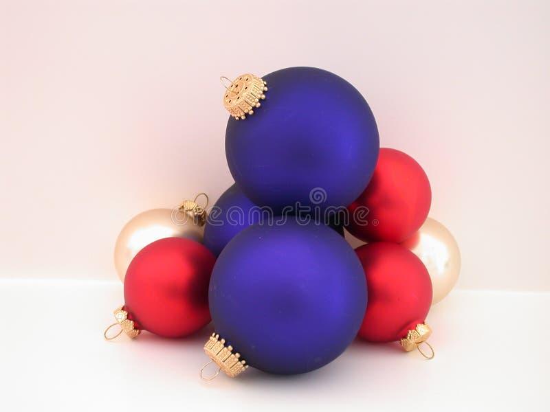 Bulbos vermelhos, brancos, & azuis do Natal fotos de stock royalty free
