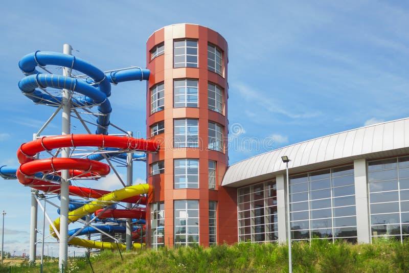 bulding的Aquapark外面,五颜六色的塑料幻灯片 库存照片