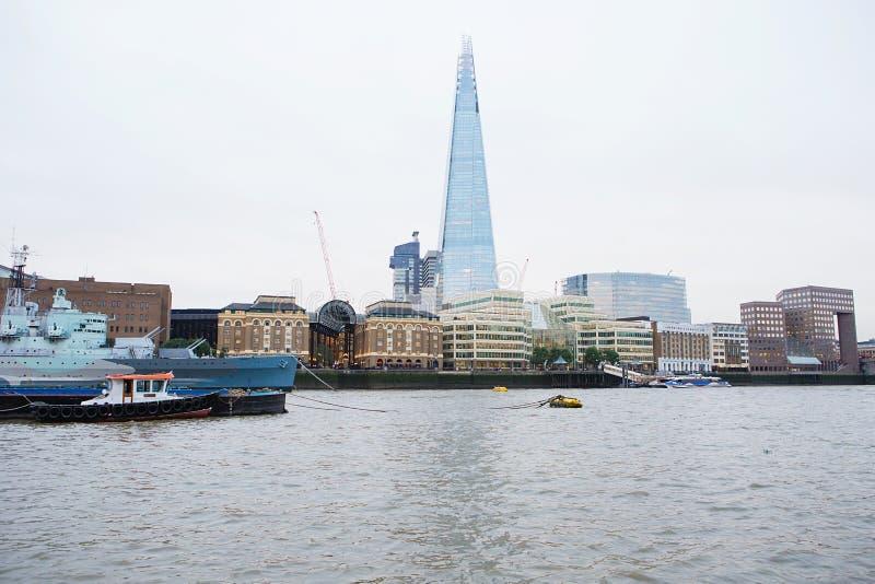 Bulding do estilhaço e skyline de Londres Vista do rio Tamisa imagens de stock royalty free