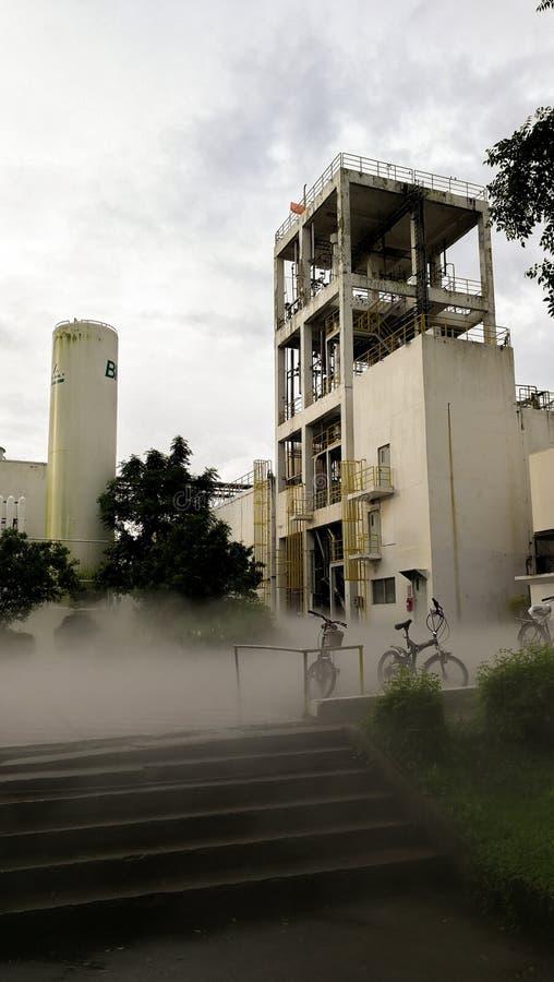 Bulding in fabbrica vicino alla pianta dell'ossigeno fotografia stock libera da diritti