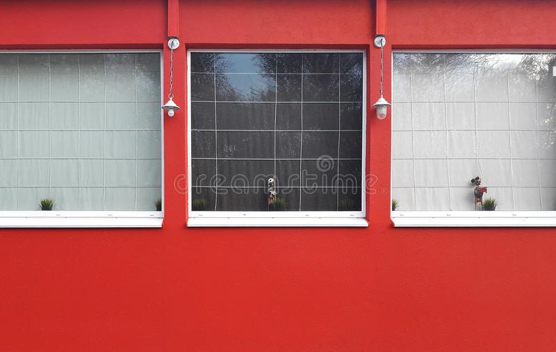 Bulding vermelho com as janelas quadradas exteriores foto de stock