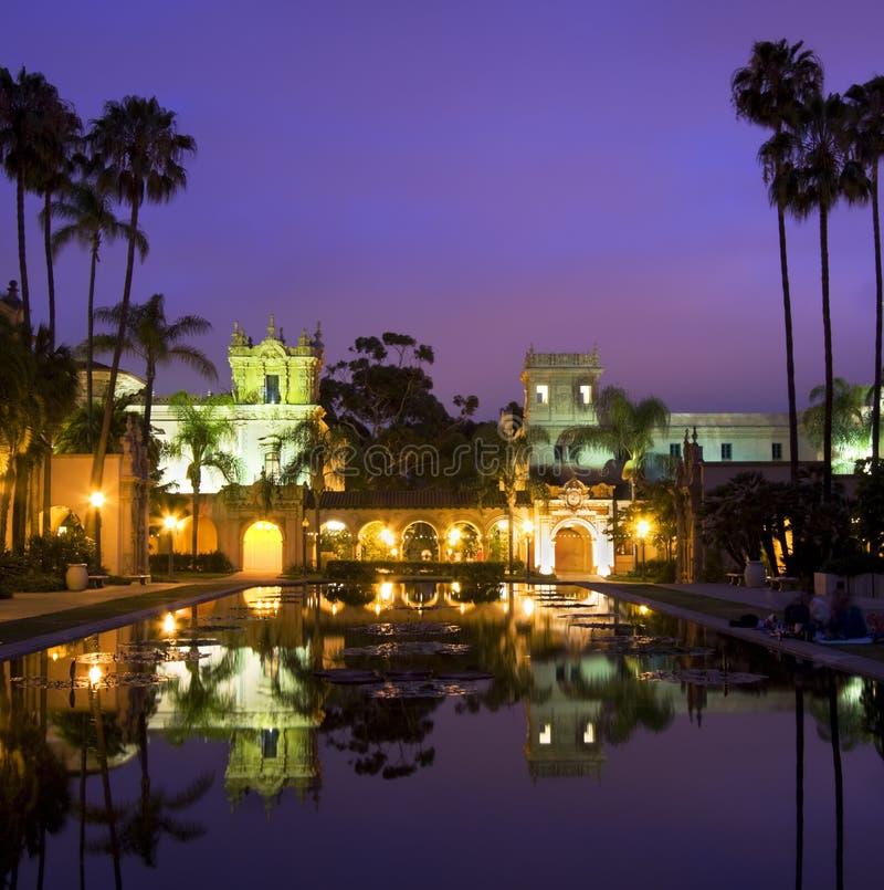 Buldings a duskt, riflessioni, San Diego del parco della balboa immagini stock libere da diritti