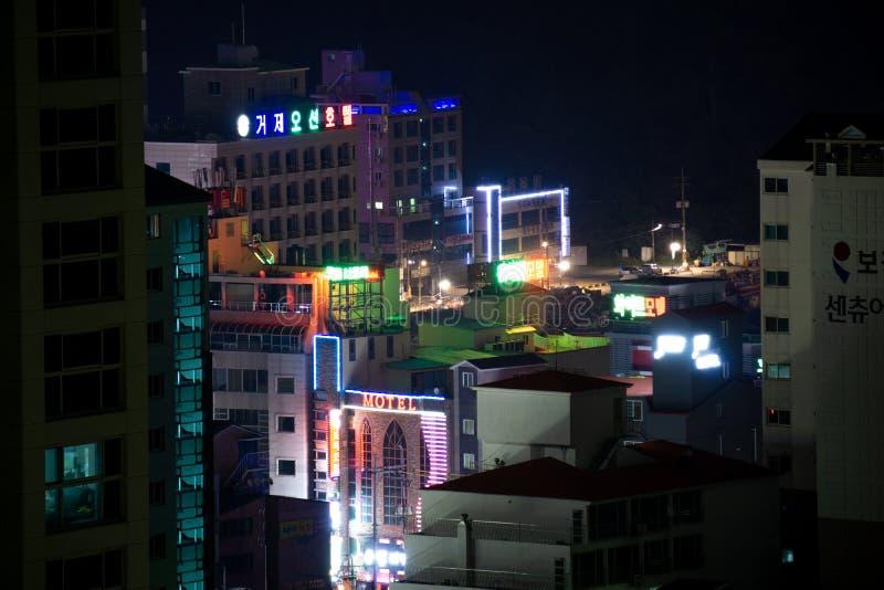 Buldings e arranha-céus em Okpo do centro, ilha de Geoje, Coreia do Sul na noite imagens de stock