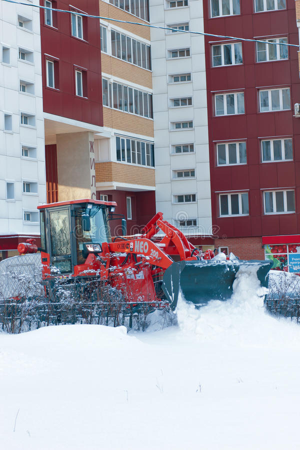BULDOŻERU cleaning ulica od śniegu na śnieżnej zimie RYAZAN ROSJA, GRUDZIEŃ -, 15, 2016 - obrazy stock