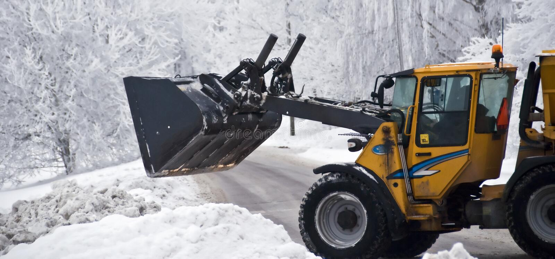 buldozer som behandlar snow royaltyfria bilder