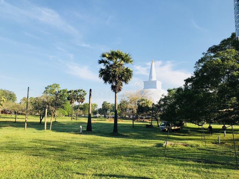 Bule天空,古庙有美好的背景 免版税库存图片