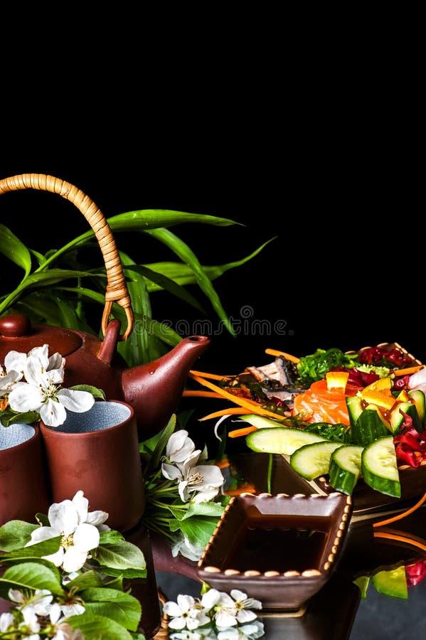 Bule asiático com flores e alimento do jasmim imagens de stock