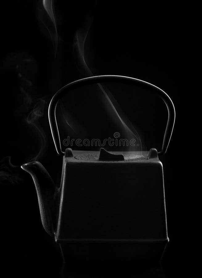 Bule asiático do ferro preto com vapor imagens de stock