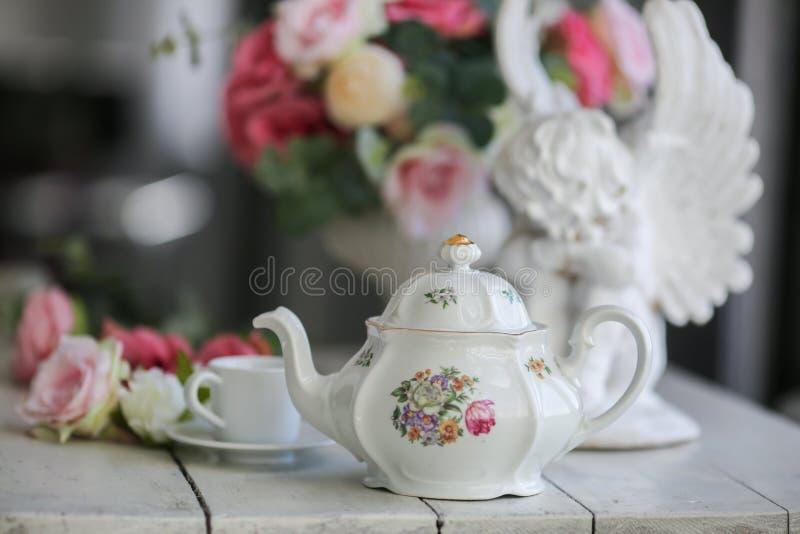 bule cerâmico,  de Ñ acima, rosas fotografia de stock