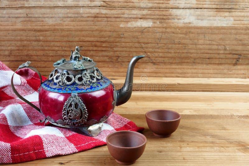 Bule chinês do vintage feito do jade e da prata velhos de Tibet com mo fotografia de stock