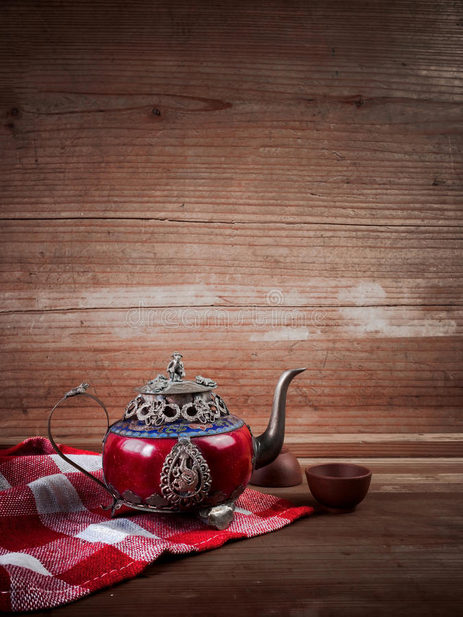 Bule chinês do vintage feito do jade e da prata velhos de Tibet com mo fotografia de stock royalty free