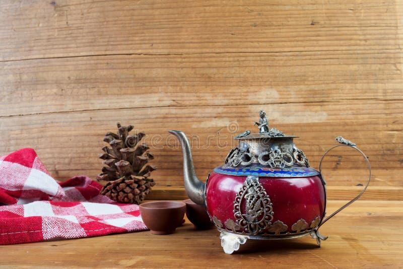 Bule chinês do vintage feito do jade e da prata velhos de Tibet com mo foto de stock