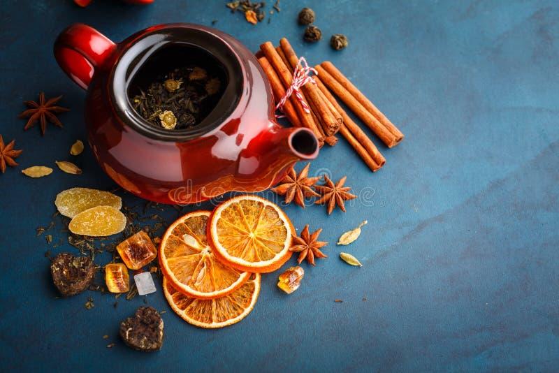 Bule com chá seco fotos de stock royalty free